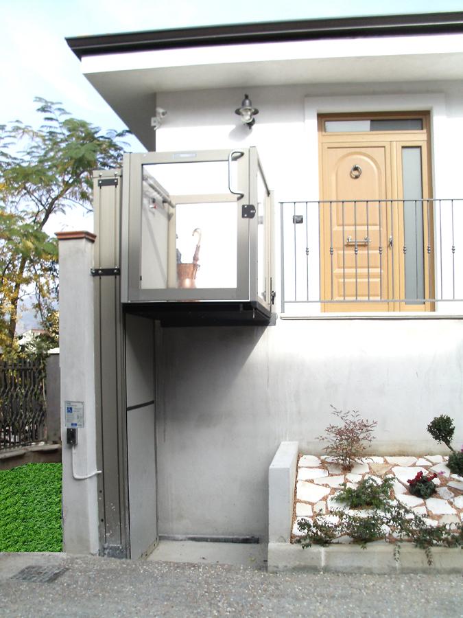 Piattaforme elevatrici a vano aperto for Montacarichi da balcone per legna
